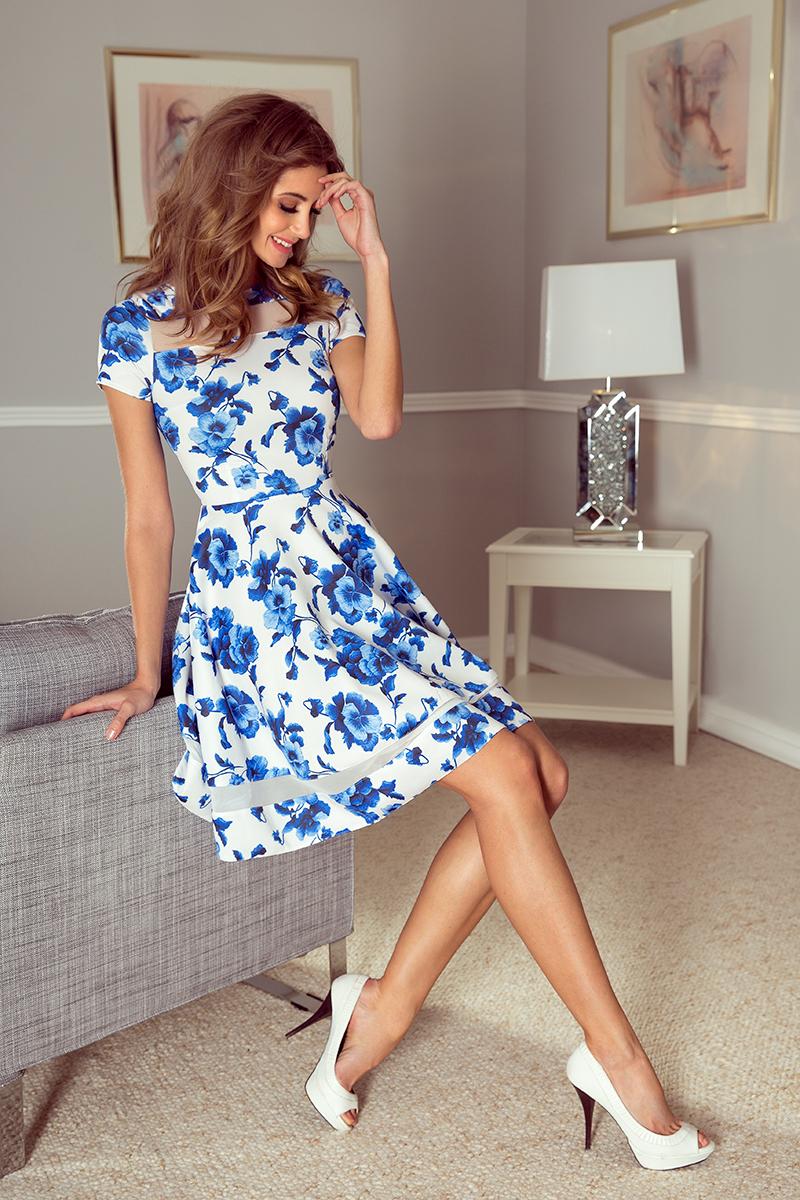 MM 003-3 midi šaty s tiulowymi pruhy - biele s modrými kvetmi